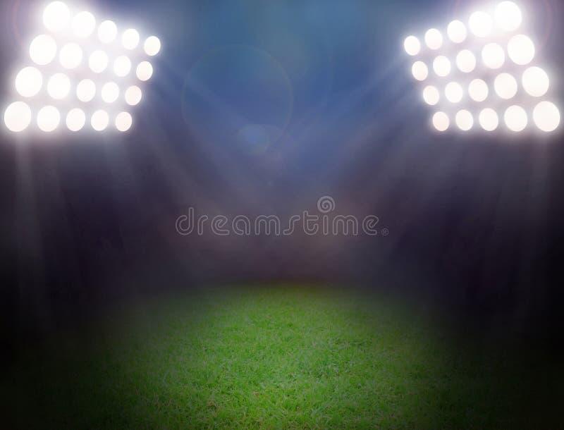Campo de futebol verde, projetores brilhantes imagem de stock