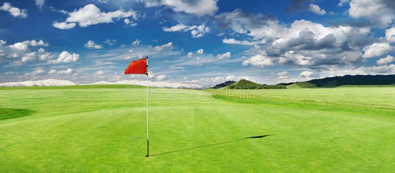 Campo de golf con bandera roja fotografía de archivo