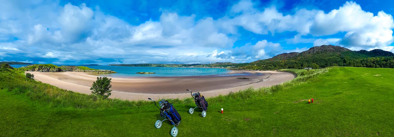 Campo de golf con los carros y los clubs en la playa blanca de la arena de Gairloch en Escocia fotos de archivo libres de regalías