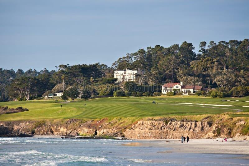 Campo de golf por la playa imagenes de archivo