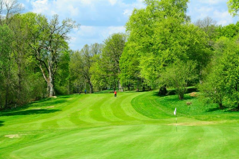Campo de golfe bonito em fresco fotografia de stock