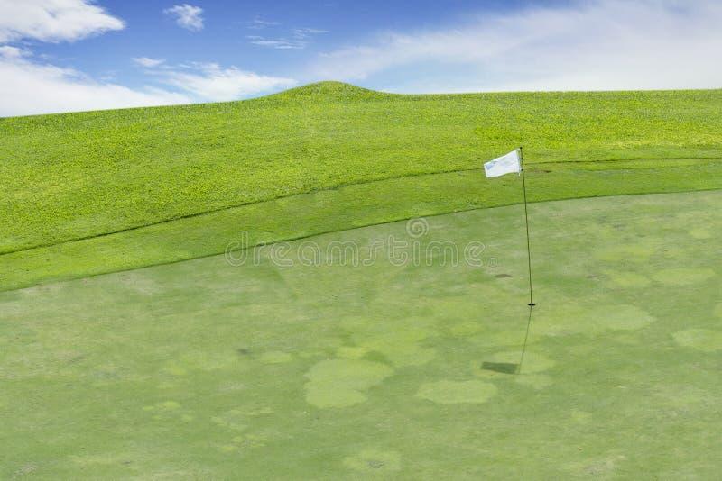 Campo de golfe bonito sob o céu azul imagens de stock