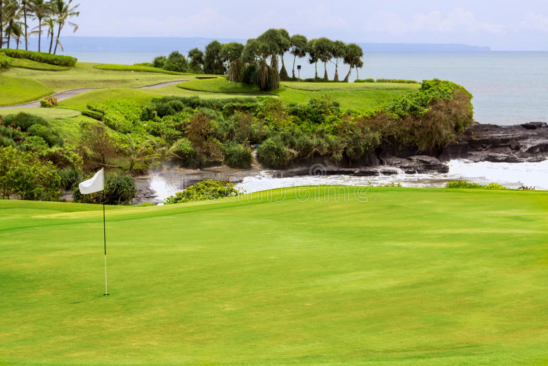 Campo de golfe com depósito e bandeira, campos da ilha imagem de stock royalty free