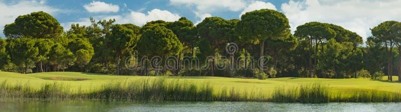 Campo de golfe com lago imagem de stock royalty free