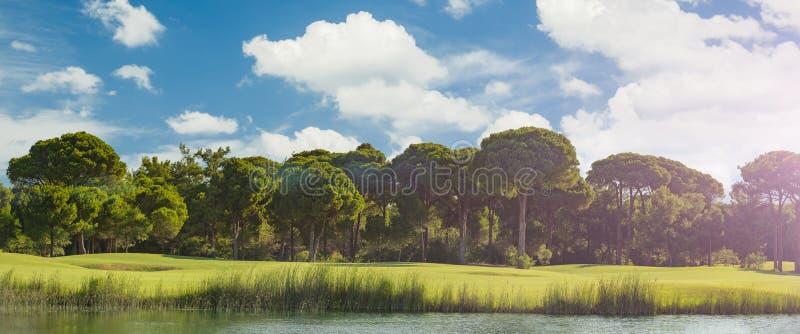 Campo de golfe com lago fotografia de stock royalty free