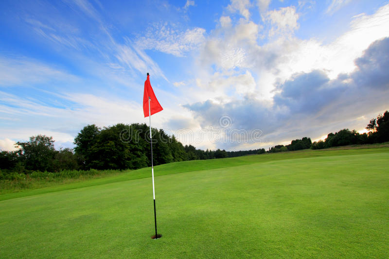 Campo de golfe com nuvens surpreendentes foto de stock royalty free
