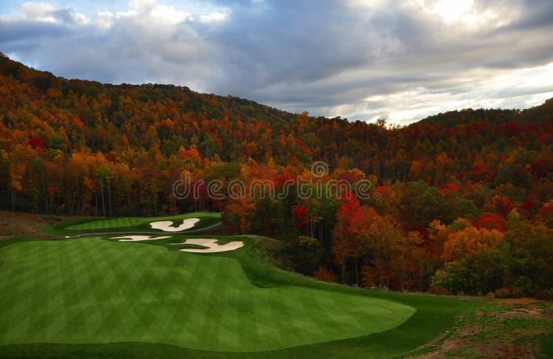 Campo de golfe da montanha do outono fotografia de stock royalty free