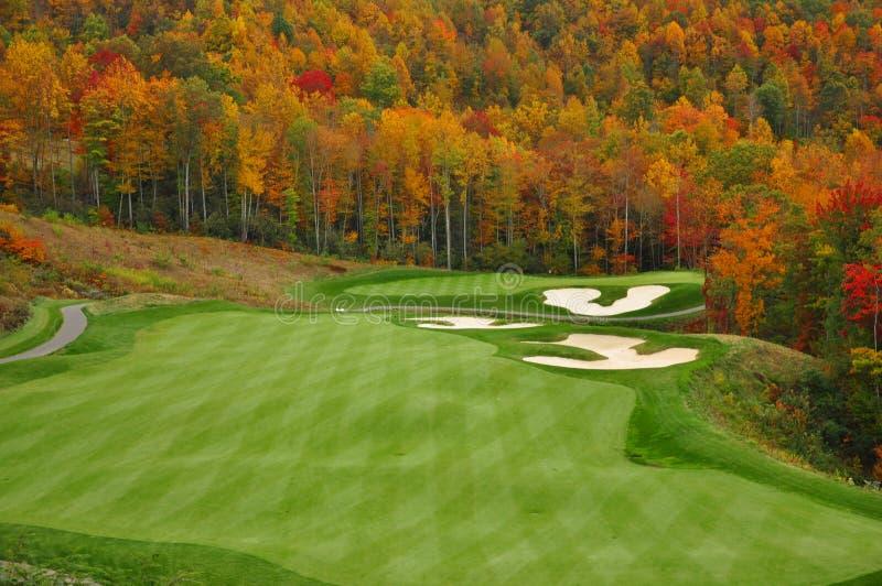 Campo de golfe da montanha do outono fotos de stock royalty free