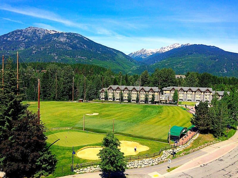 Campo de golfe da montanha na vila do assobiador fotos de stock