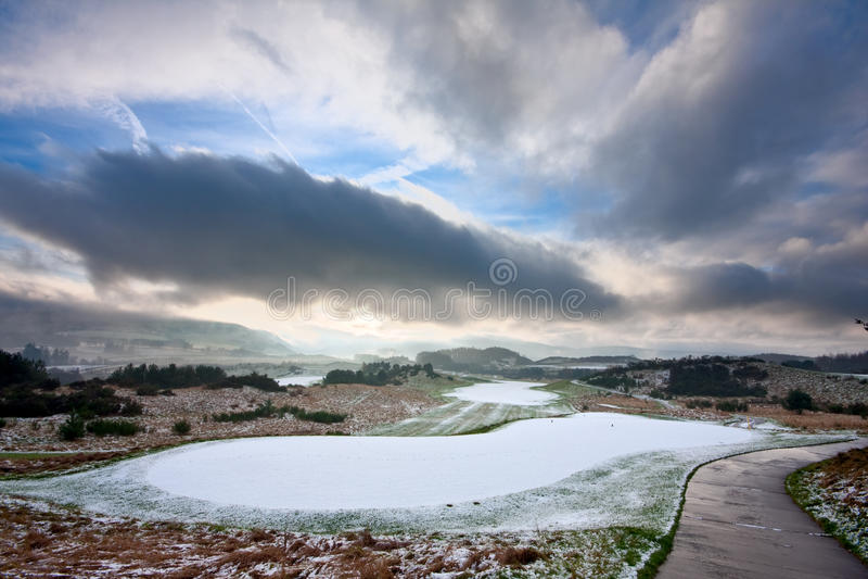 Campo de golfe em uma manhã nevado do inverno imagem de stock