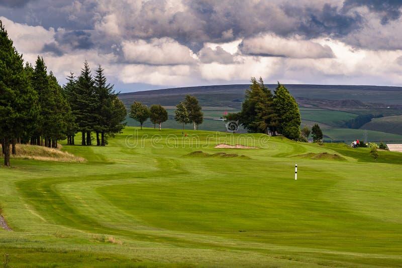 Campo de golfe em uma noite nebulosa do verão imagens de stock royalty free