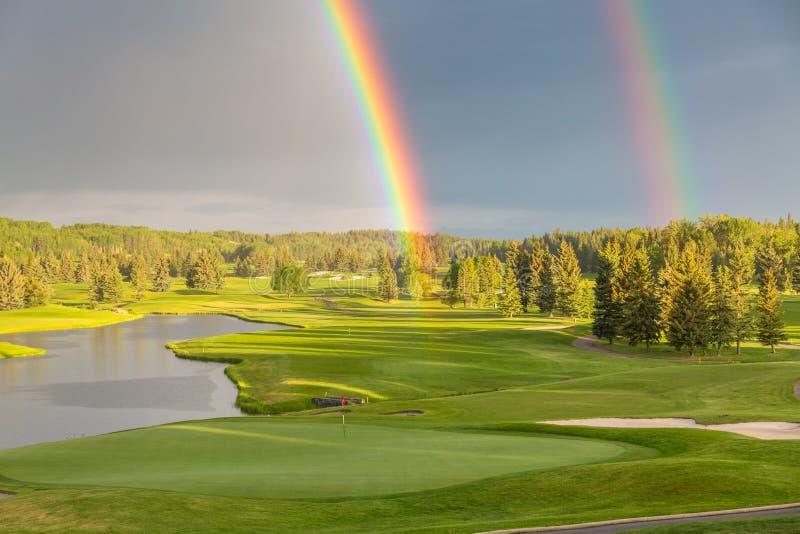 Campo de golfe na extremidade do arco-íris fotografia de stock