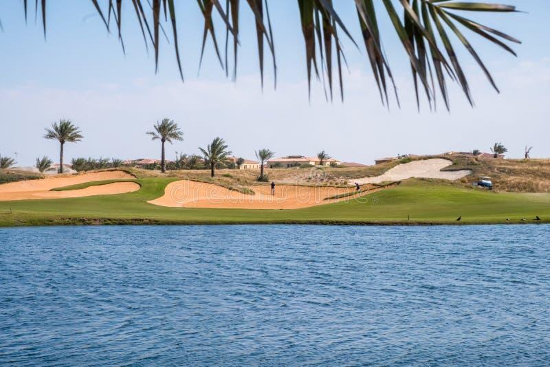Campo de golfe na ilha de Saadiyat, Abu Dhabi, UAE imagens de stock royalty free