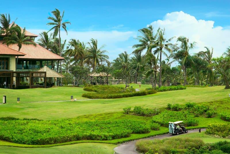 Campo de golfe no recurso luxuoso. Campo verde e céu azul foto de stock