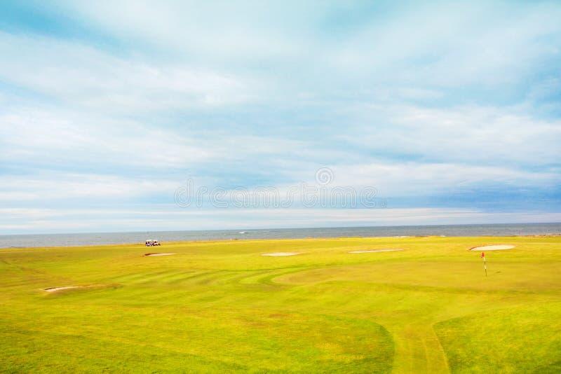 Campo de golfe nos campos fotografia de stock