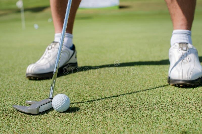 Campo de golfe profissional O jogador de golfe guardando um clube e é t indo imagens de stock royalty free
