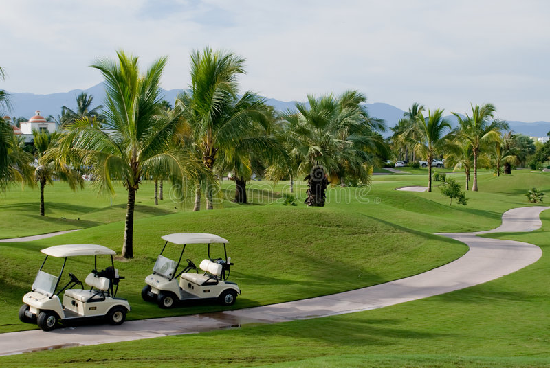 Campo de golfe tropical imagem de stock