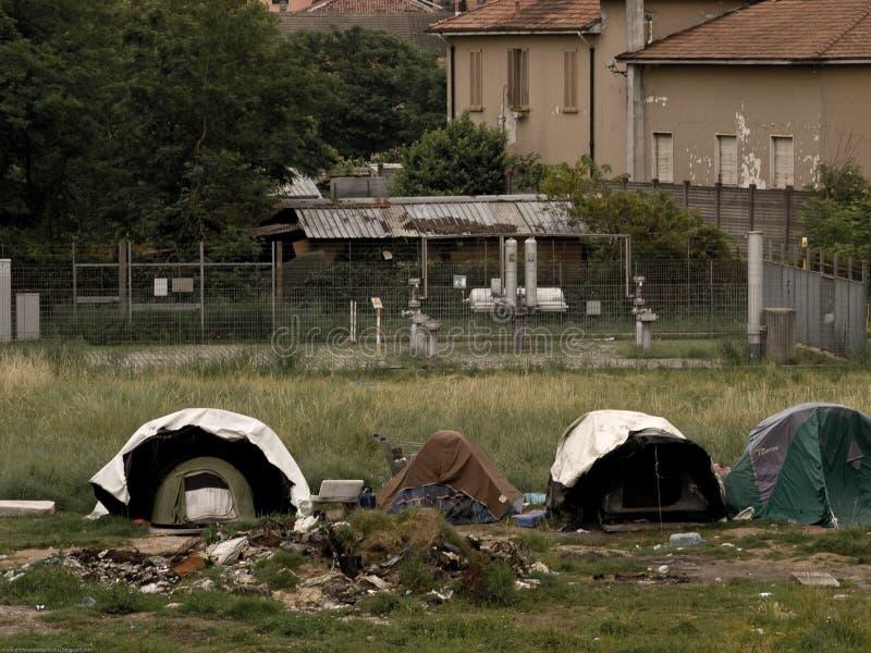 Campo de Ilegals en los suburbios de Milano imagen de archivo