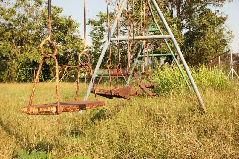 Campo de jogos abandonado foto de stock