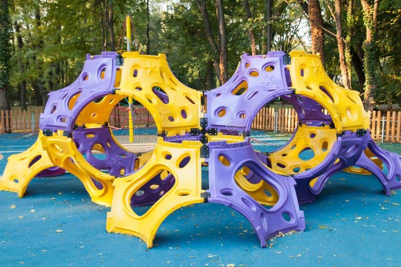 Campo de jogos atrativo colorido exterior vazio do projeto moderno fotos de stock royalty free