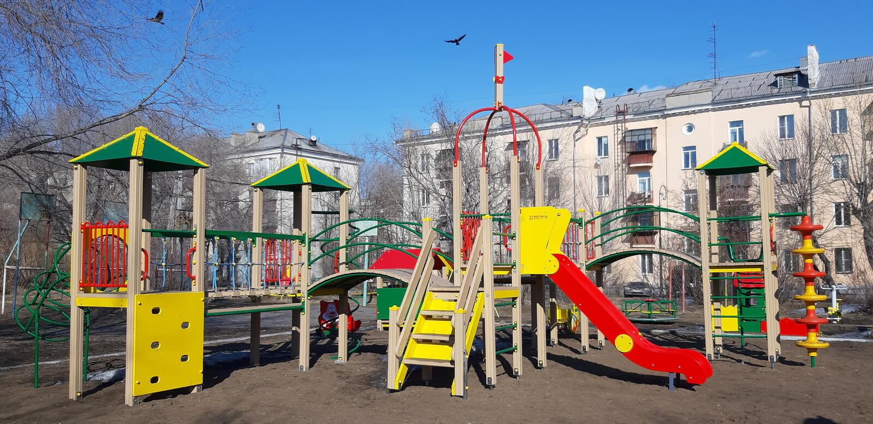 Campo de jogos construído na primavera foto de stock