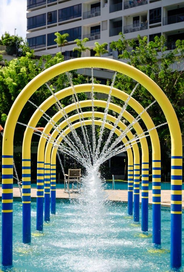 Campo de jogos da água da opinião tropical do dia do parque de diversões imagem de stock royalty free