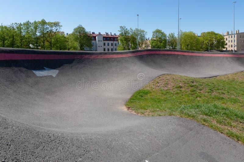 Campo de jogos da bicicleta e do patim no centro da cidade Casas e trilha de ciclismo do bmx Riga, Latvia fotografia de stock