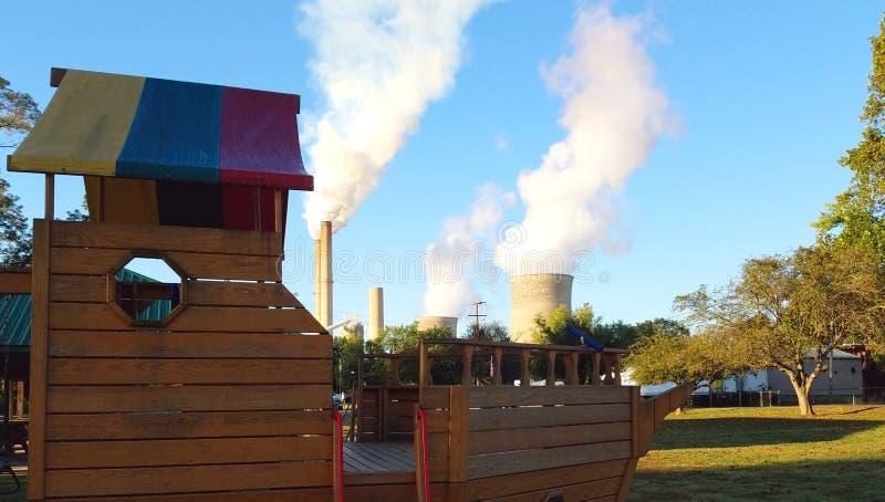 Campo de jogos da família - vivendo com as plantas nucleares e de carvão fotos de stock royalty free