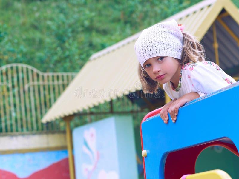 Campo de jogos 2 das crian?as Menina bonito que tem o divertimento no parque público imagens de stock royalty free