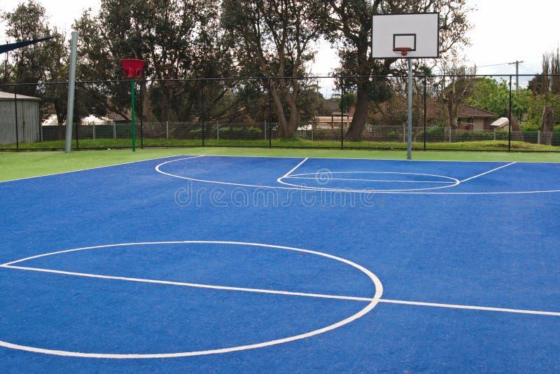 Campo de jogos do basquetebol na escola fotografia de stock