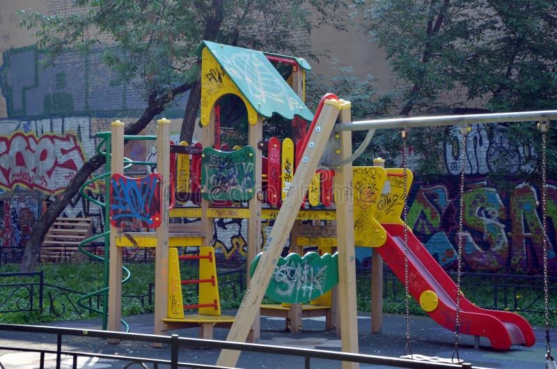 Campo de jogos do ` s das crianças fotografia de stock royalty free