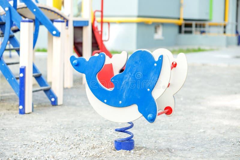 Campo de jogos do ` s das crianças no jardim de infância O conceito da infância, parenting, jogos fotos de stock royalty free