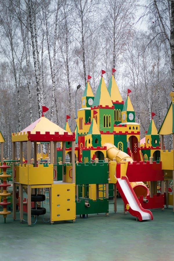 Campo de jogos do ` s das crianças no parque imagem de stock