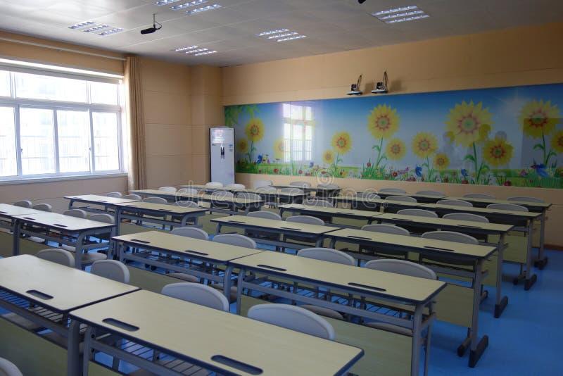 Campo de jogos e sala de aula da escola fotos de stock
