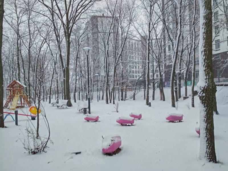 Campo de jogos em um parque vazio do inverno fotografia de stock