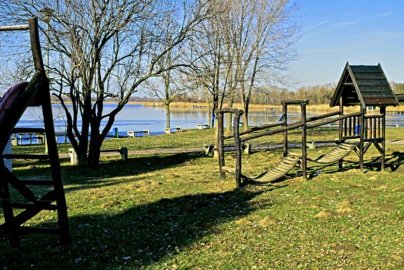 Campo de jogos exterior da aventura para crianças Equipamento de madeira do campo de jogos com corrediças no tempo do outono fotos de stock