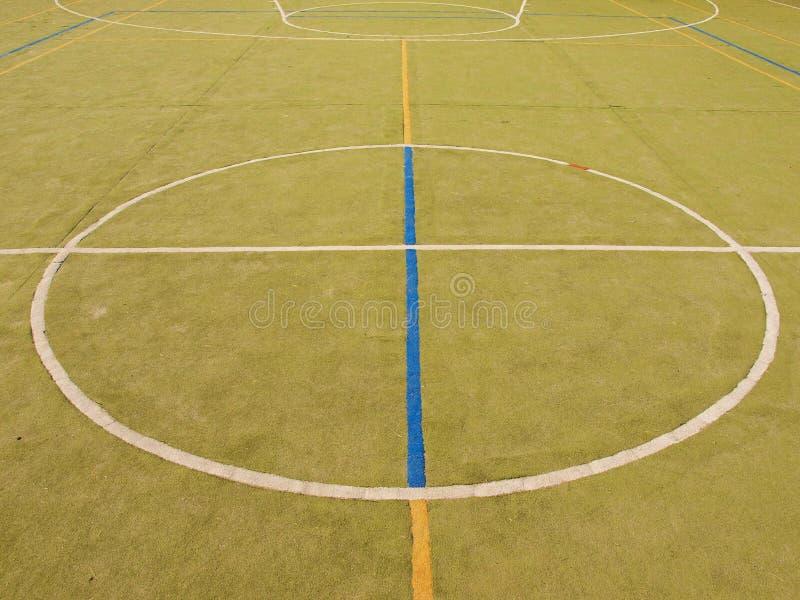 Campo de jogos exterior vazio do handball, luz plástica - superfície verde nas linhas azuis à terra e brancas fotografia de stock royalty free