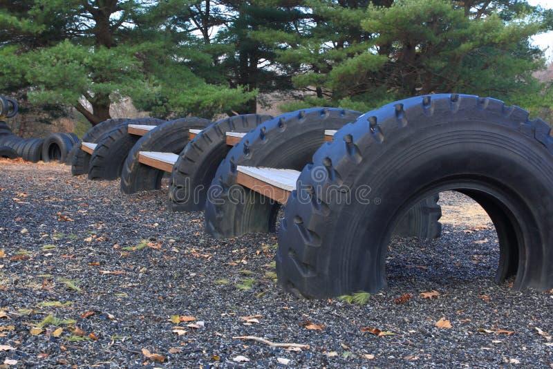 Campo de jogos feito com pneus recicl fotos de stock royalty free