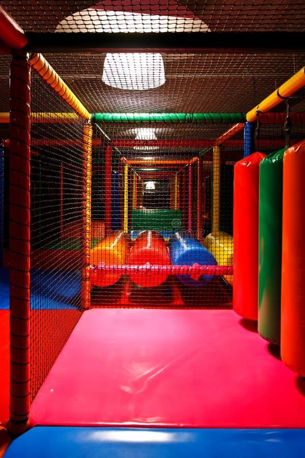 Campo de jogos interno colorido fotografia de stock
