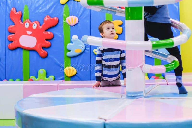 Campo de jogos interno do parque de diversões, carrossel colorido, criança do divertimento, jogando o partido, criança imagem de stock royalty free