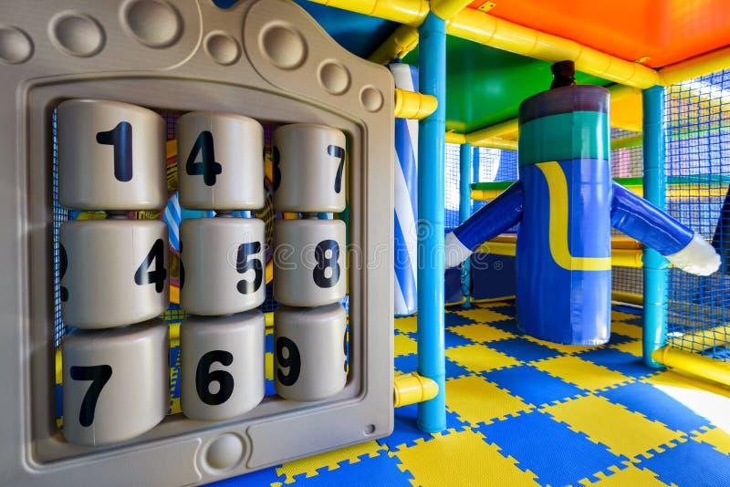 Campo de jogos moderno do ` s das crianças interno fotografia de stock