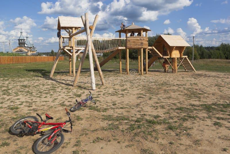 Campo de jogos na cultura da rua na vila de Nyuksenitsa, região de Vologda fotografia de stock