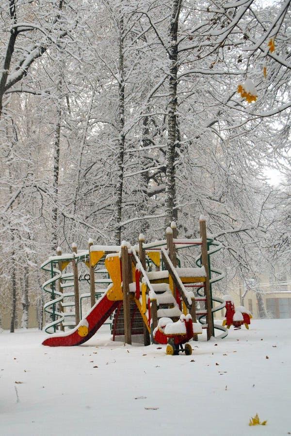 Campo de jogos no inverno imagem de stock royalty free