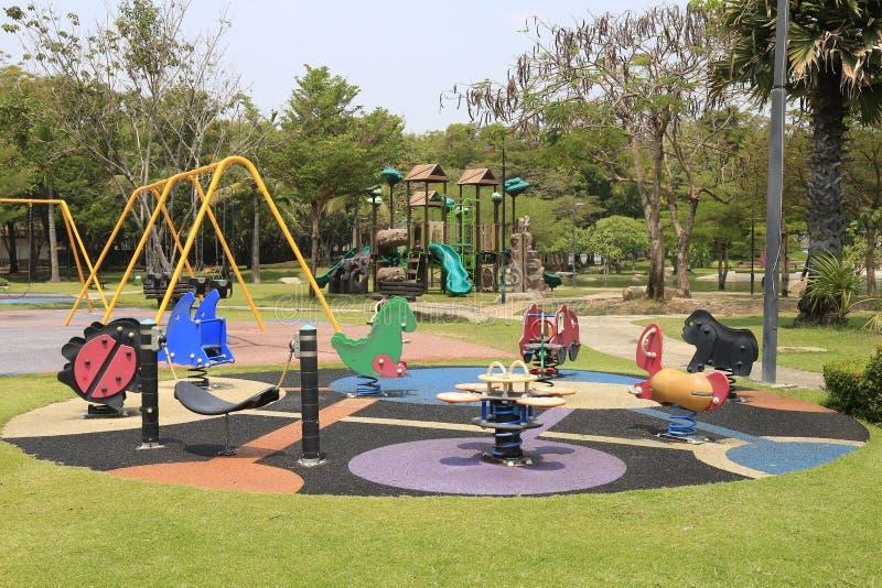 Campo de jogos no jardim, foto de stock