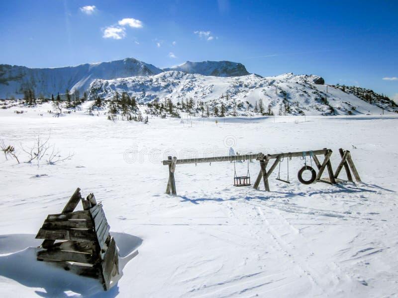 Campo de jogos sobre uma montanha nos cumes austríacos fotografia de stock