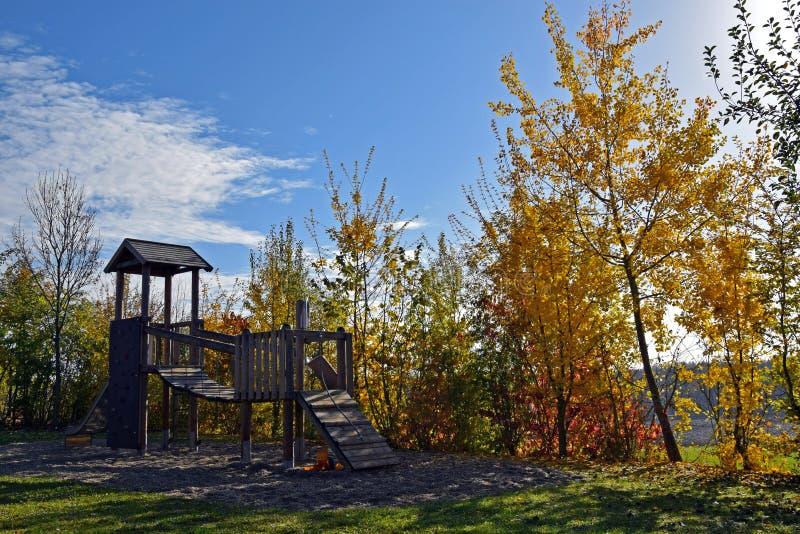 Campo de jogos vazio no outono, colorfuly folhas, céu azul ensolarado foto de stock royalty free