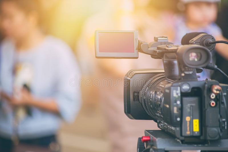 Campo de la cámara de vídeo del cameraman que trabaja en entrevista del aire imágenes de archivo libres de regalías