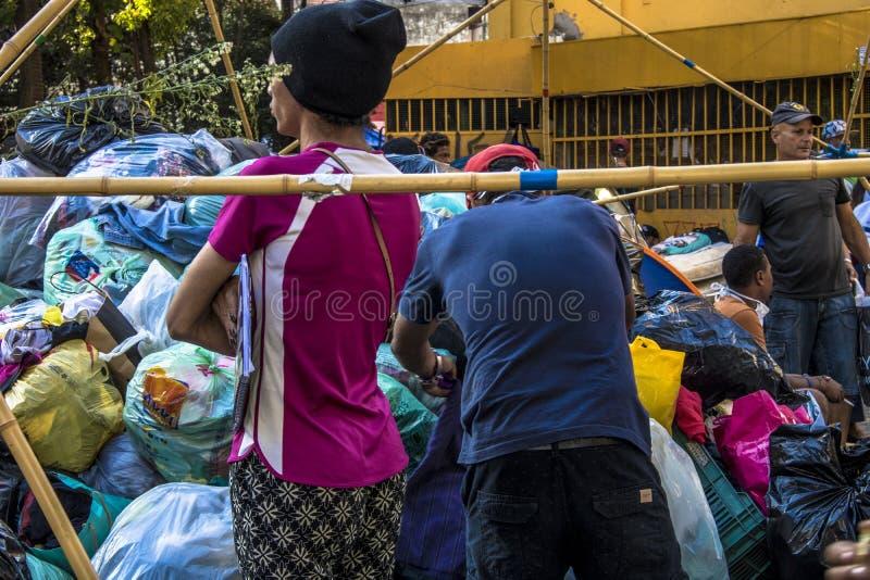 Campo de la familia sin hogar en cuadrado del paissandu foto de archivo
