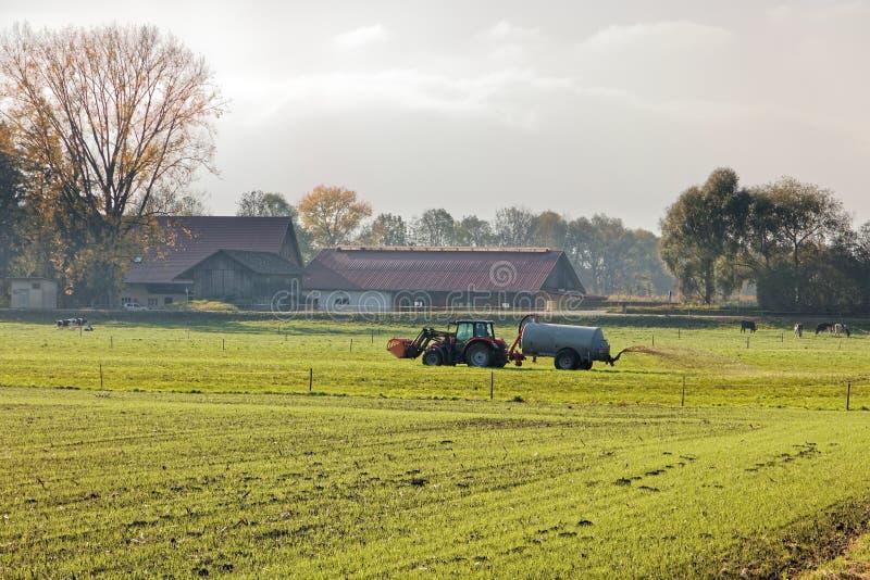 Campo de la fertilización del granjero del valle del Rin antes del invierno fotografía de archivo