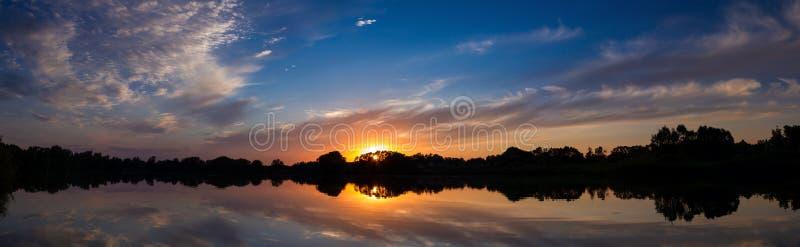 Campo de la puesta del sol fotografía de archivo